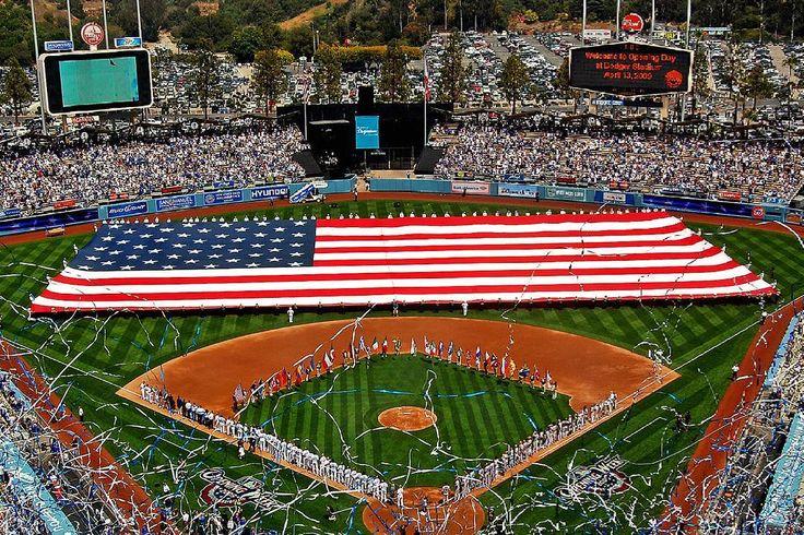 THINK BLUE: Стадион Доджер входит в Топ 10 самых красивых и легендарных бейсбольных стадионов. Даже если вы ничего не знаете о бейсболе об этом стадионе узнать никогда не поздно. Арена является самым большим бейсбольным стадионом в мире. Это один из последних стадионов в США построенных только для бейсбола.  Отличительной особенностью стадиона который был открыт в 1962 году являются волнистые крыши на вершине каждого павильона. А с трибун если обратить свой взор к северу от гор можно увидеть…