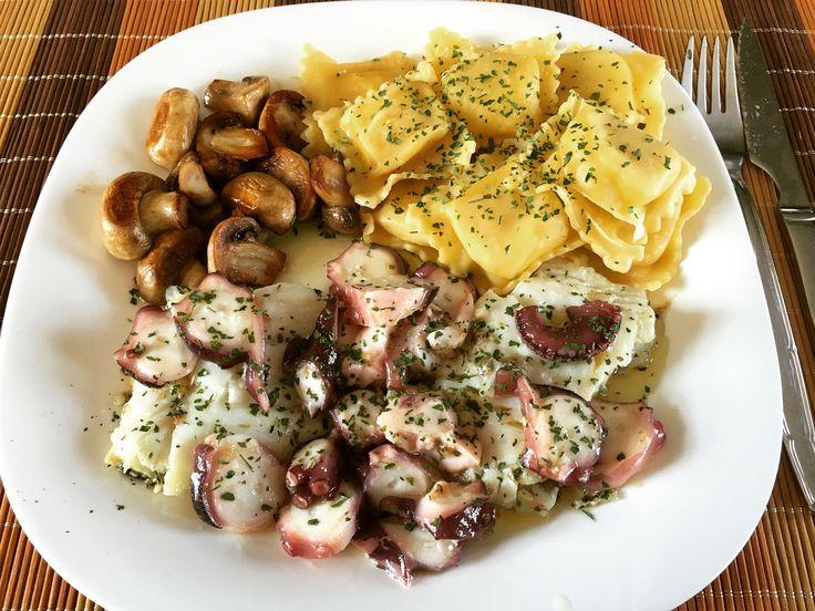 Almuerzo de hoy: Bacalao con pulpo al pil pil, unos champiñones a la plancha y ravioli de pasta fresca con requesón y azafrán.