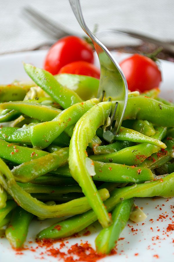 Tangy Green Bean Salad with chili makes a perfect vegetarian dish or summer side dish. | giverecipe.com | #salad #greenbeans #freshbeans #freshsalad #vegetarian #summerrecipes #healthyrecipes #easyrecipes