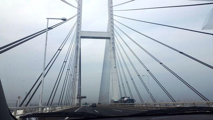 In un pomeriggio piovoso attraversiamo il Rainbow Bridge