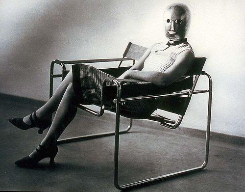 Seguindo a arquitetura, os objetos deveriam possuir uma qualidade de material e funcionalidade associada a harmonia em sua forma. A inovação dos objetos aliando vanguardas artísticas não era uma novidade, mas a Bauhaus levou ao ponto de elaborar objetos como obras artísticas que seriam reproduzidas por serem elementos de educação estética da sociedade.