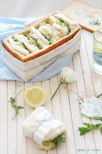 食パンを1斤丸ごとサンドイッチに! くりぬいたパンでサンドイッチを作って、残したパンの耳でできた器にIN♪ 丸ごとくるりとワックスペーパーで包めば、ピクニックでも器ごと食べられちゃいますね。