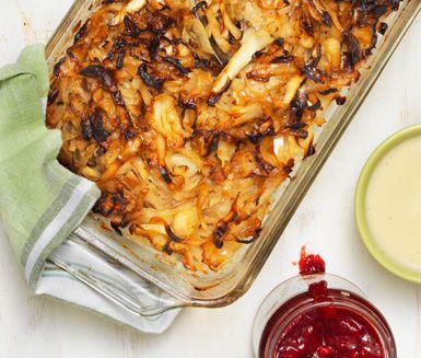 Det här är en lättlagad variant på klassisk kålpudding. Kålen har fått viss sötma av honung och till den färdiga puddingen serveras de typiska tillbehören mjuk gräddsås, kokt potatis och lingonsylt.