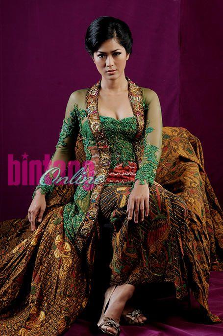 Gaya Ethnic Glamour Prisia Nasution