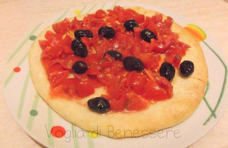 Pizza con pomodorini e olive nere