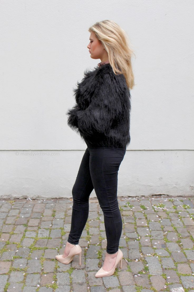 Outfit: Blush - Faux fur coat, nude court heels, black and nude outfit (mandy victoria / mandyvictoria.com)