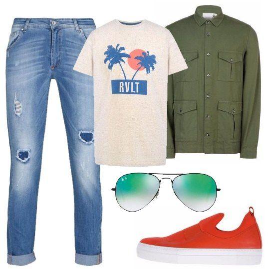Jeans in denim blu con rovescia sul fondo, t-shirt classica con stampa colorata sul petto, camicia da portare aperta come giacca, sneakers con suola in gomma super colorate, occhiali da sole con lenti a specchio.