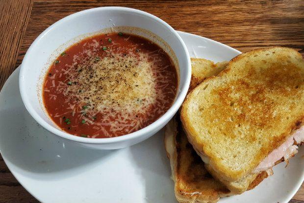 Αυτή την εποχή οι ντομάτες είναι ακόμη στα καλύτερά τους. Φτιάξτε μια απλή κόκκινη σουπίτσα με ζυμαρικό, είναι νόστιμη, πανεύκολη και κυρίως πολύ φθηνή.