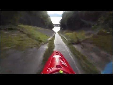 Paddeln als Höllenritt: Kajakfahren im Entwässerungsgraben - http://www.dravenstales.ch/paddeln-als-hoellenritt-kajakfahren-im-entwaesserungsgraben/