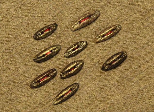 На что больше всего похожи финиковые косточки? Правильно, на пуговицы! Пуговицы для вязаных вещей, украшения сумок, рюкзаков, создания бижутерии в этническом стиле, мозаик из натуральных материалов и прочего. Как уже привык дорогой читатель, работу начинаем с кастрюльки для варки, или с мультиварки, у кого в хозяйстве имеется. Любовно собранные, после трапезы домочадцев, фиников…