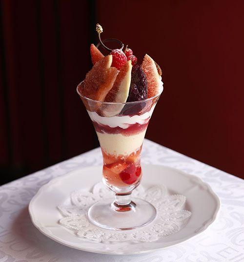 資生堂パーラーで「真夏のパフェフェア」開催!マンゴー・桃・ブルーベリーなど旬のフルーツを贅沢に使用   ニュース - ファッションプレス