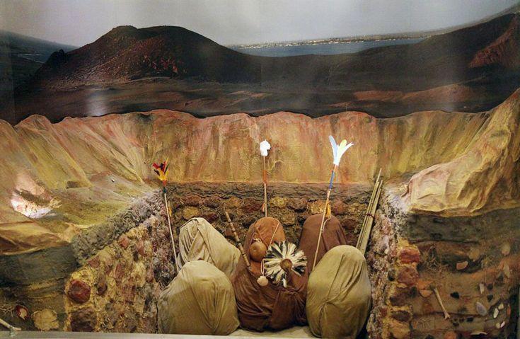 Necrópole Paracas, Peru, com múmias enroladas em tecidos. As necrópoles eram câmeras escavadas na areia na forma de uma garrafa ou em espaços menos profundos e mais abertos. Cada necrópole continha 30 a 40 múmias conservadas em excelente estado graças a extrema aridez do deserto, a ausência de luz solar e sem contato com o oxigênio. Tais condições preservaram, também, por dois mil anos, os valiosos têxteis Paracas, considerados os mais requintados da América pré-colonial.