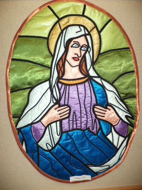 Mária, szaténból készült ólomüveg falikép.