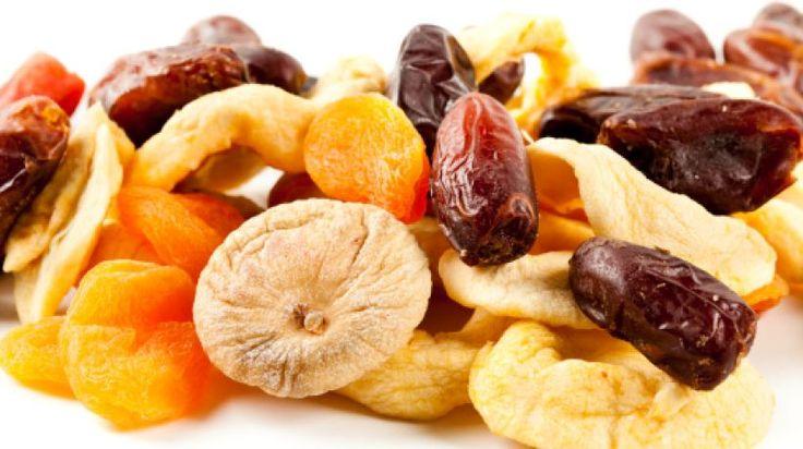 Eisenlieferanten: Getrocknete Aprikosen enthalten rund viereinhalb Milligramm Eisen, Dörrpfirsiche sogar sechseinhalb Milligramm und Datteln immerhin noch zwei Milligramm von dem lebenswichtigen Spurenelement.