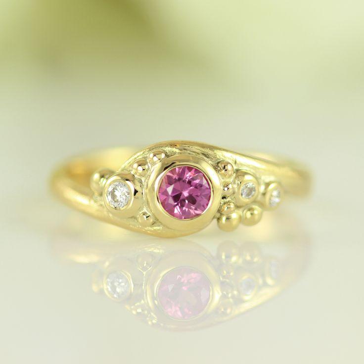 Galleri Castens - Et romantisk univers – guldring m pink safir