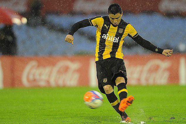 """El pie abierto de """"Japo"""" Rodríguez para poner la pelota en la red, anotando el gol que valió la victoria."""