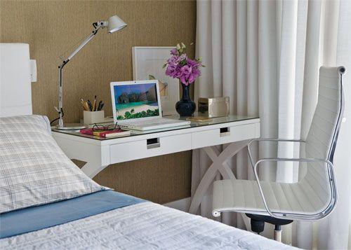 Os profissionais posicionaram, então, uma mesa na lateral da cama, que funciona como criado-mudo e bancada.