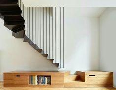 scala in lamiera nera con tiranti in acciaio; mobile di base in legno con gradini di accesso, cassettoni contenitore e ripiano
