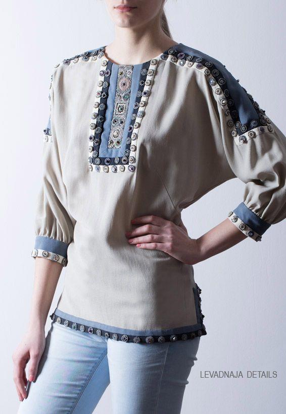 Блуза из крепового шелка. Спинка изделия так же украшена, как и передняя часть.