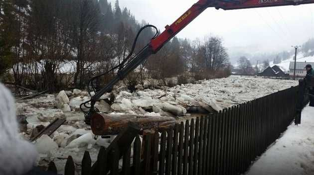 La această oră, formatiunile de gheată de pe râul Somesul Mare, în apropiere de localitatea Valea Mare s-au blocat pe o lungime de 300 m si inundă terenurile agricole din zonă