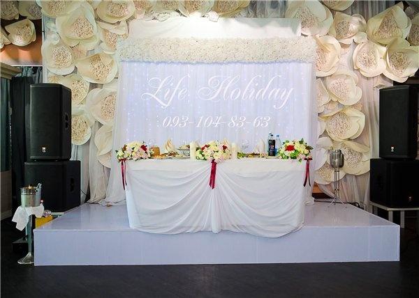 стол молодых (цветы из бумаги-часть оформления ресторана, сейчас нет)