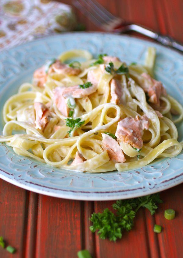 Ingrédients: Pour 2 personnes 250 g de tagliatelles (0,55 lbs) 1 filet de saumon frais d'environ 200 g (0,45 lbs) 15 cl de crème fr...