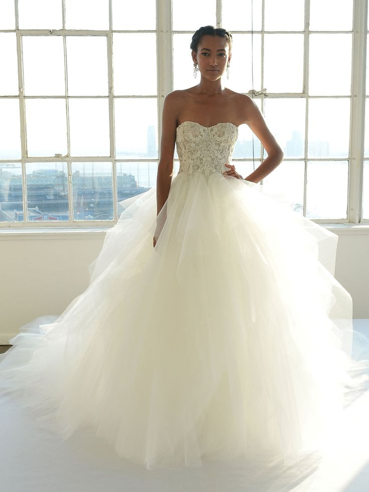 Die Krebs-Frau braucht ein Brautkleid, das so klassisch und glamourös ist wie sie selbst. Glamouröse Ballkleider, weibliche Spitze und perlenbesetzte Stoffe unterstreichen den eleganten und zeitlosen Stil der Krebs-Frau perfekt. Hier seht ihr ein Hochzeitskleid von Badgley Mischka Bridal.