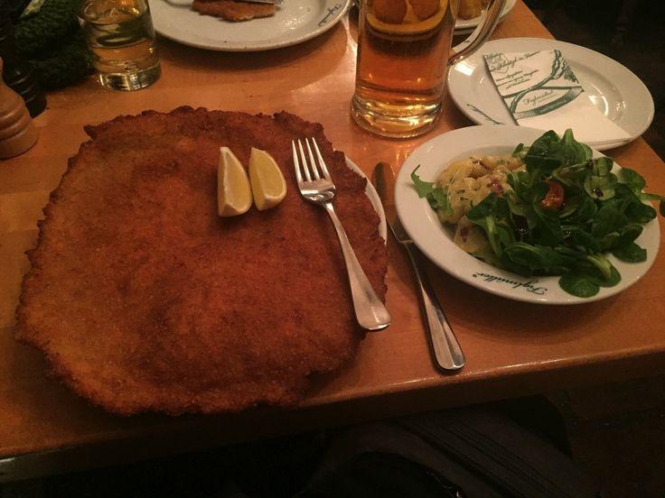 Gibt es beim Figlmüller Wien tatsächlich das beste Schnitzel? Ich wollte es wissen und habe es probiert...