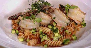 Lagris | Fusilli stomatovou omáčkou se zázvorem, cuketou a pečenými krevetkami