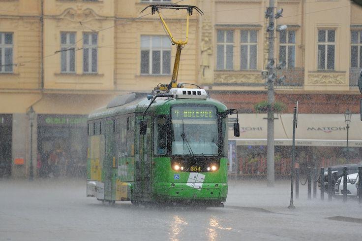 Centrem Plzně se přehnala prudká bouřka.