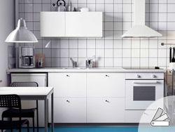 Uma cozinha METOD branca com frentes HÄGGEBY, uma bancada SILJAN branca, forno LAGAN e exaustor LUFTIG