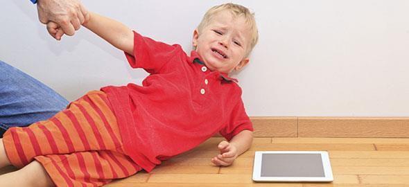 Όλα τα παιδιά κάποια στιγμή βγαίνουν εκτός εαυτού: φωνάζουν, κλαίνει, χτυπιούνται στο πάτωμα. Τι ΔΕΝ πρέπει να κάνετε σ' αυτή την περίπτωση και πώς μπορείτε να αντιμετωπίσετε την κατάσταση με ηρεμία;