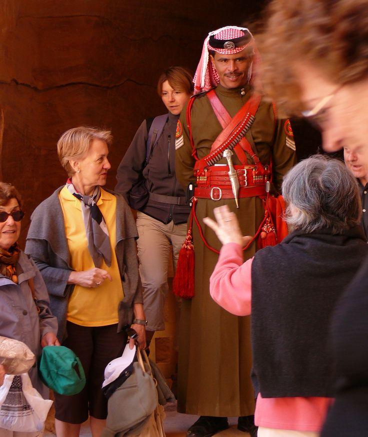 Espectaculares y altísimos estos guardianes jordanos con los que se retratan los turistas en Petra.