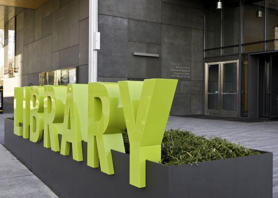 O sistema desinalização da Vancouver Community Library inclui um grande letreiro que fornece identidade para a entrada do prédiona praça situada na cidade de Vancouver (Canadá). Inclui também el…