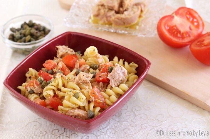 Pasta fredda tonno e capperi: un primo piatto molto gustoso con tutta la freschezza del pomodoro e il gusto del tonno e dei capperi.