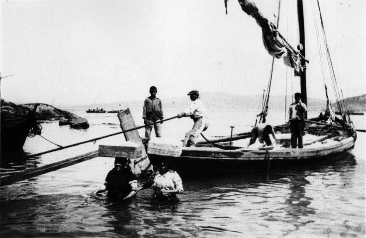Descarga do sal, Muxía ca. 1926 | Unloading salt.