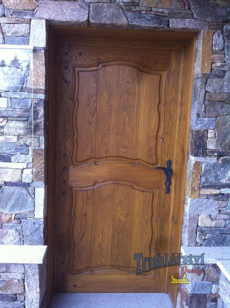 Vstupní dveře z dubového dřeva, drásané s ruční řezbou, nátěr lazurou.