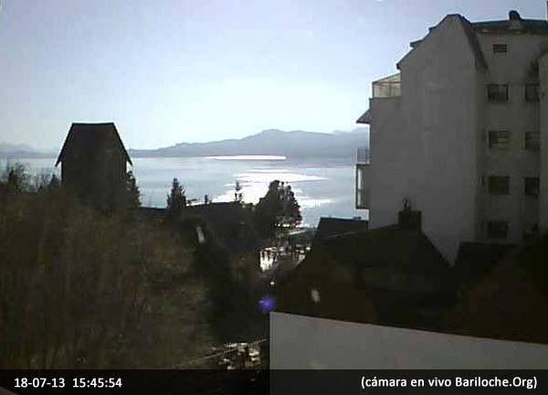 Y de pronto, las nubes bajas se fueron y dejaron al descubierto este espectacular día de Invierno...  Imagen cámara en VIVO Bariloche.Org