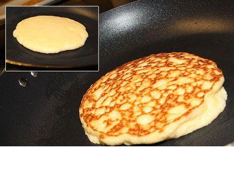 INGREDIENTES PARA 2 PERSONAS (4 TORTITAS): 2 cucharadas soperas de aceite de coco 2 huevos 1/4 cup (60 ml) de agua con gas 1/4 cucharada de postre de sal 1 cup (200 g) de harina de almendras edulc…