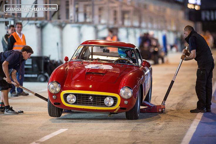 """""""Einmal Reifen wechseln bitte..."""", scheint der Ferrari-Pilot an der Le Mans Classic zu bestellen. Mehr Bilder hier:   © Daniel Reinhard für Zwischengas"""