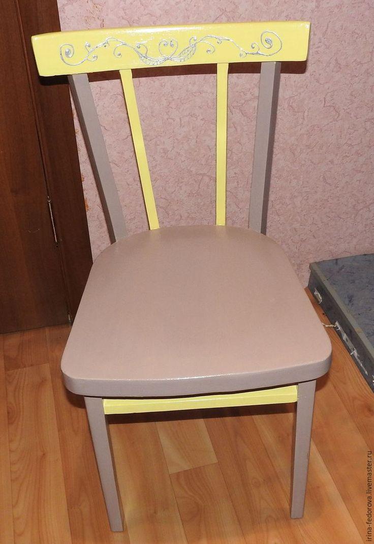Всех приветствую и предлагаю посмотреть, как я перекрасила венский старый стул, который сестра хотела выбросить. Вот как стул выглядел: Нам понадобится: - лак акриловый полуматовый; - краска белая акриловая; - колер (тот, в какой вы хотите перекрасить); - шпатлевка акриловая под сосну; - наждачная бумага (разная); - кисть синтетическая (с синей ручкой); - контур (у меня серебро). Итак, приступим.