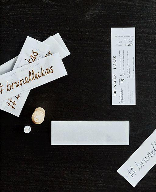 Animiertes GIF, das zeigt, wie eine selbst gemachte Hochzeitseinladung in Form einer Kinoeintrittskarte entsteht, u. a. mit MÅLA Farbe Glitter/fluoreszierend in verschiedenen Farben