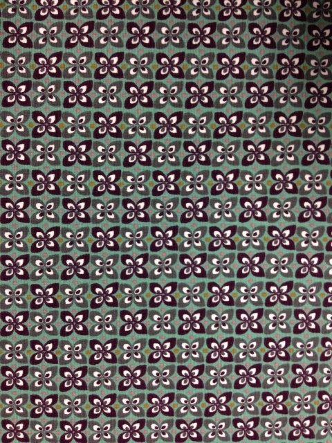 Retro, katoenen tricot met bloemetje in tinten grijs, aubergine op grijs/groen. Geschikt voor shirt, rokje, jurk enz