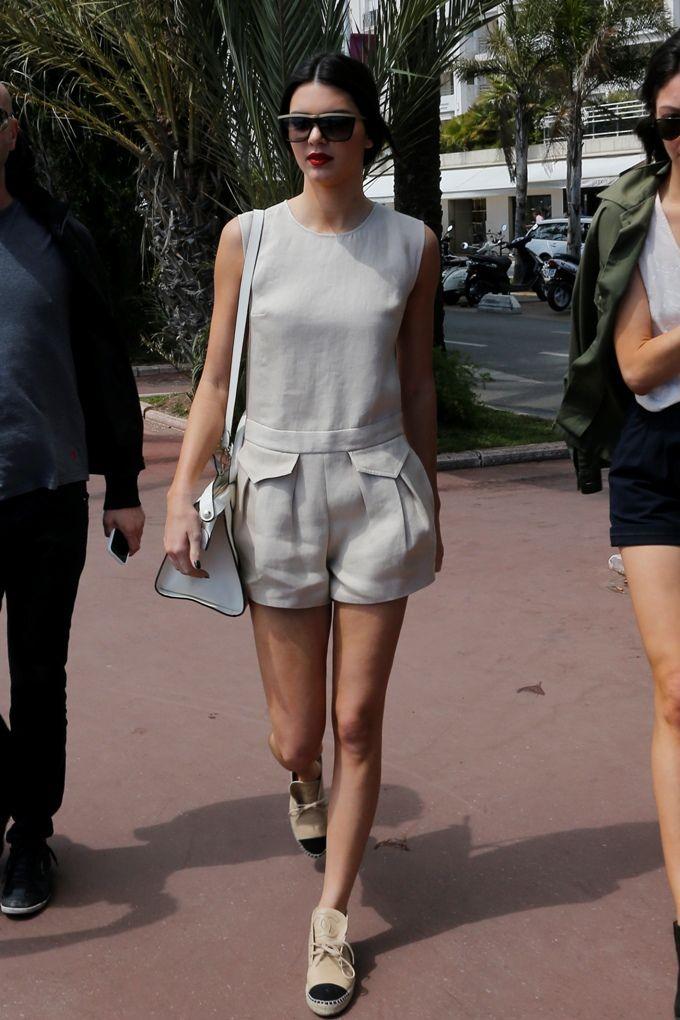 Kendall Jenner, obecna na Festiwalu Filmowym w Cannes pokazała się na ulicach filmowego miasta z najnowszą, skórzaną torebkę marki LONGCHAMP Le Pliage Heritage, w kolorze białym.  #fashion #style #bag #shorts #summer