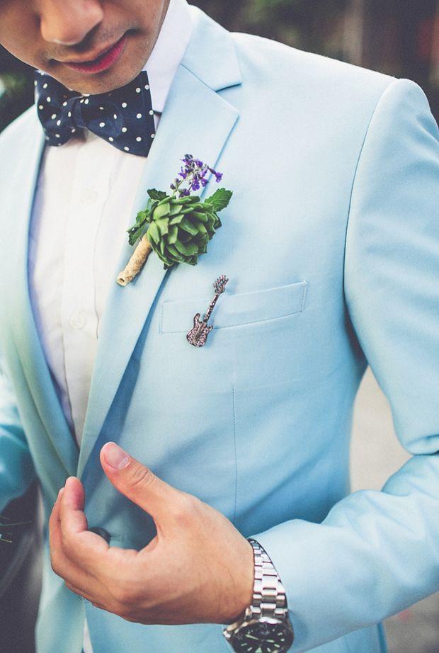 Traje de novio 2015. traje de novio azul claro con camisa blanca y pajarita a topos. ¿Qué os parece el sujeta corbatas en forma de guitarra que luce en el bolsillo de pecho? ¡Un pequeño detalle que queda muy bien!