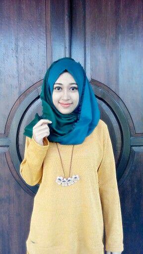 Viscose hijab Dua warna dalam satu kerudung ini selalu berhasil membuat kamu yang simple terlihat menawan.