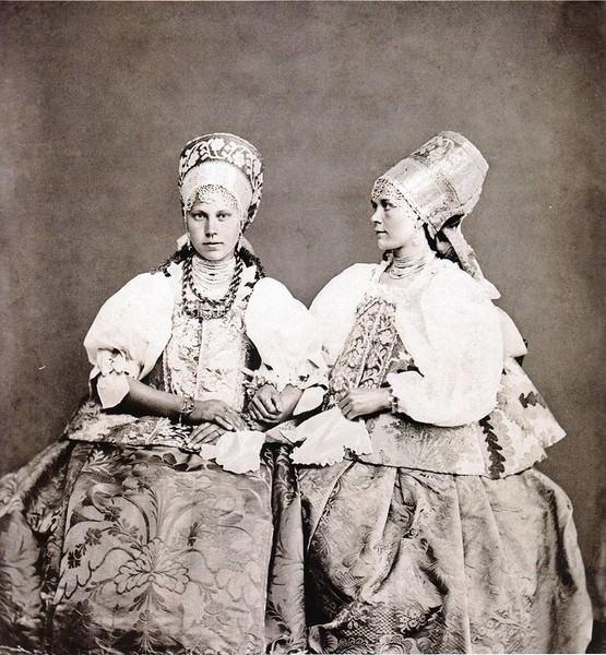 Московская этнографическая выставка 1867-го года.Крестьянские девицы Архангельского уезда, по 22 года. Русские: -f