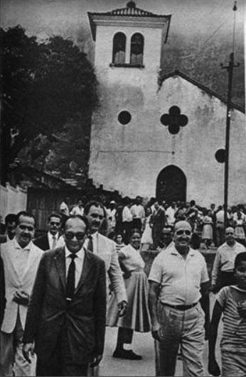 """IGREJA EM COPACABANA  Esta fotografia foi publicada em 1960 n´O Cruzeiro e tem como legenda: """"O candidato Sergio Magalhães é visto em Copacabana votando tendo em """"background"""" uma igreja"""".  Que igreja seria esta?  22/02/2016 Publicada por luizd.rio"""
