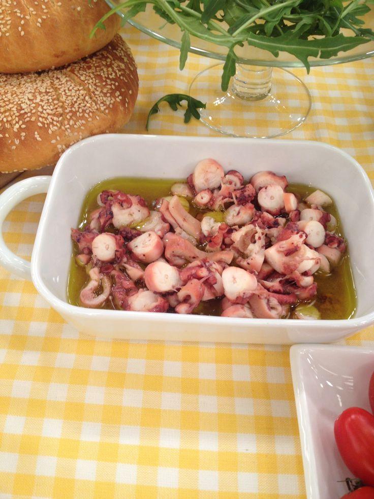 Βoiled Octopus with lemon and olive oil sauce http://www.instyle.gr/recipe/chtapodaki-ladolemono/