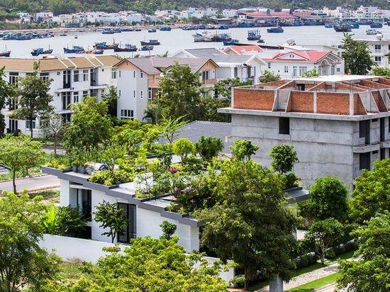 I proprietari di questa casa hanno voluto un grande giardino, in modo dallo hanno messo sul tetto